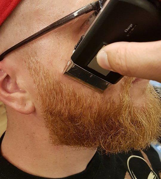 Hou zelf je baard contouren bij met de shaver